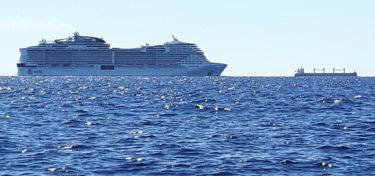 Kreuzfahrtschiff vor Sardinien