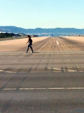 Fußgängerin auf der Landebahn