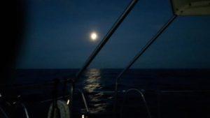 Motorsegeln im Mondschein
