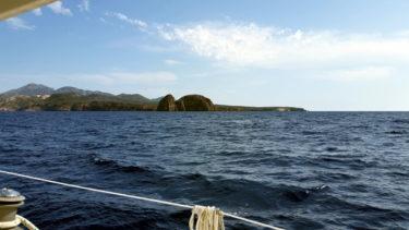 Felsen vor Einfahrt zur Bucht von Milos