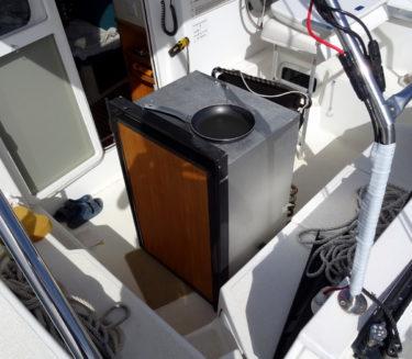 alter Kühlschrank im Cockpit