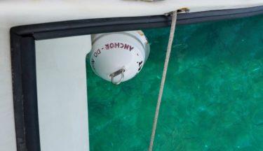 Ankerboje zwischen den Rümpfen von Meerkat