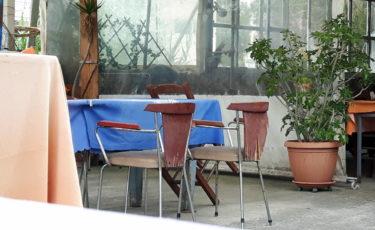 Alte Stühle in der Taverne