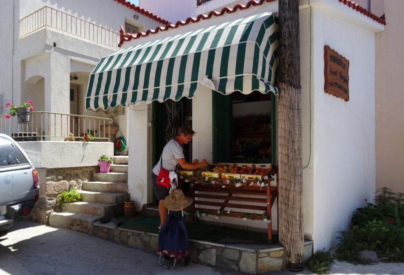 Renate vor Fruchtladen