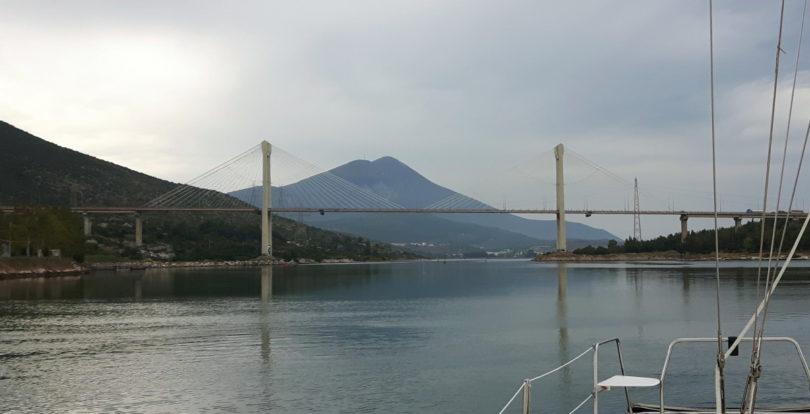 Hochbrücke zwischen Festland und Euböa