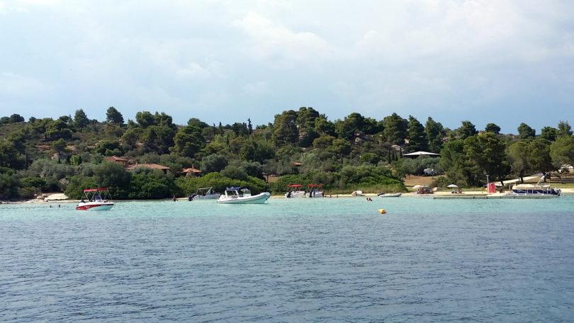 Motorboote in der Bucht vor Koukas