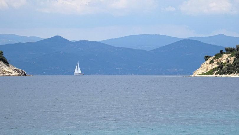 Segelboot an der Einfahrt zum Ormos Dimitraki