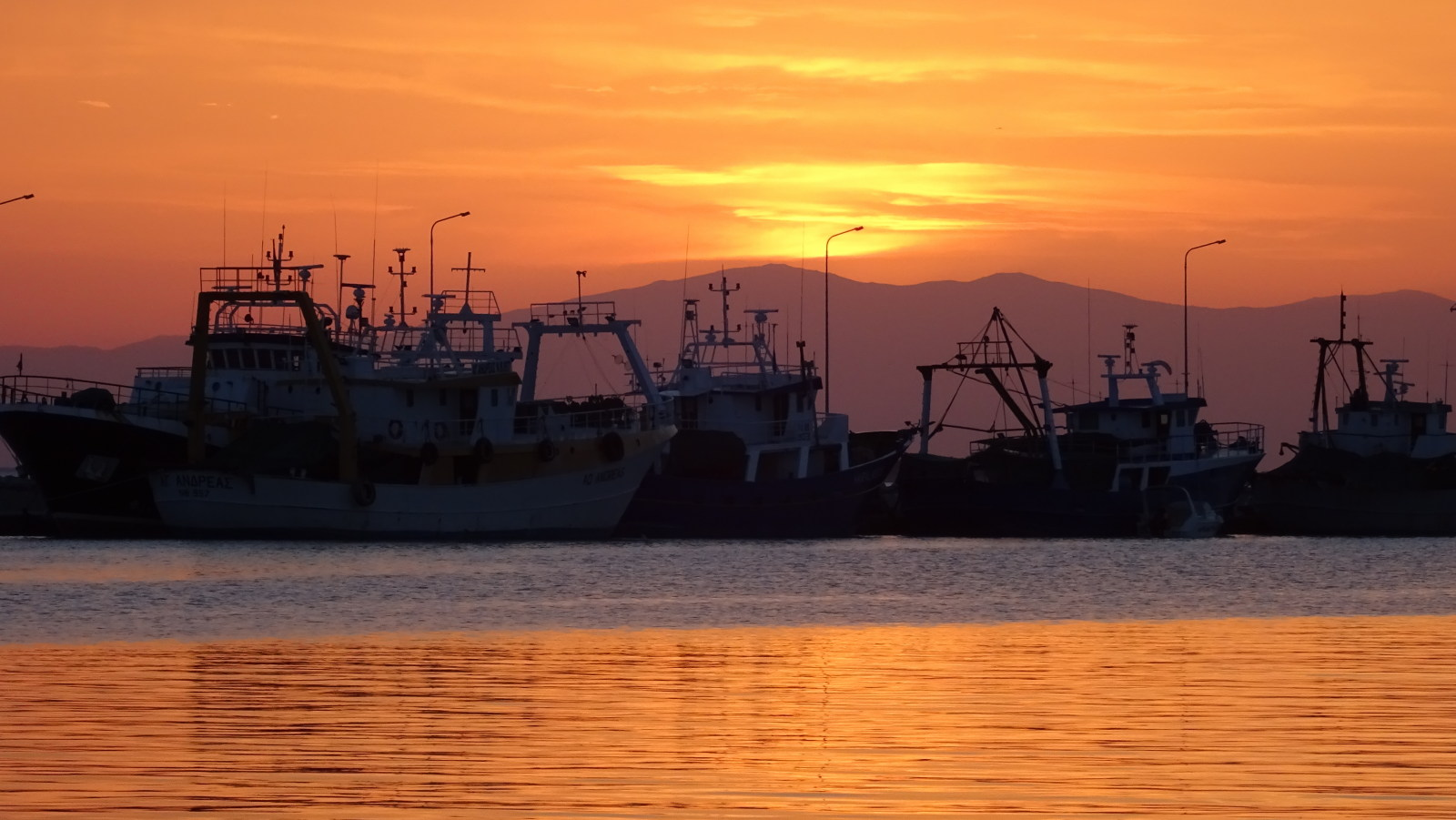 Fischerboote im Sonnenuntergang in Michaniona