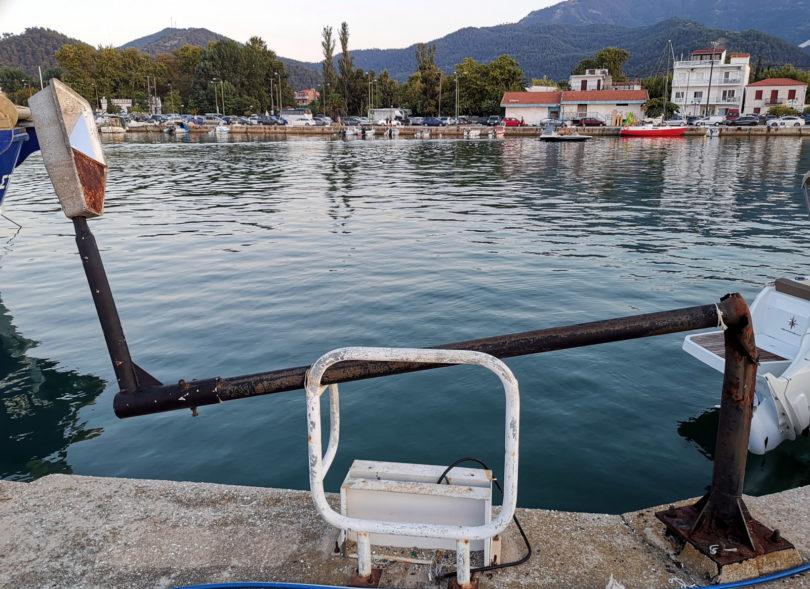umgeknickte Laterne im Hafen von Thasos