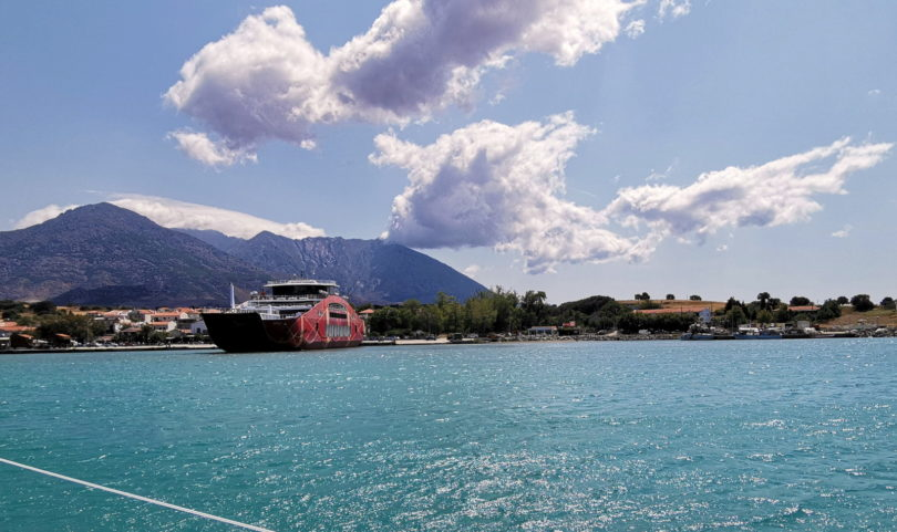 Fähre im Hafen von Kamariótissa