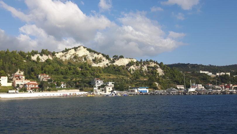Blick vom Vorhafen auf den Strand von Kými