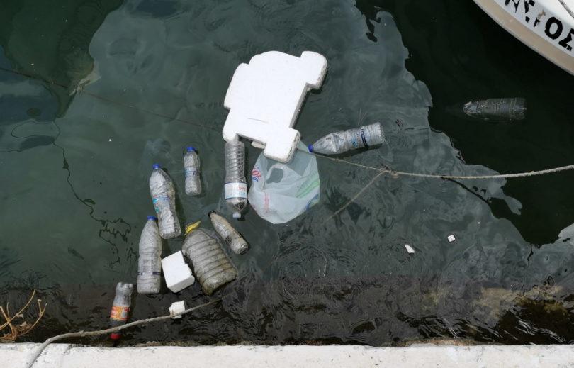 Müll und Dieselfilm im Hafenbecken von Ermioni
