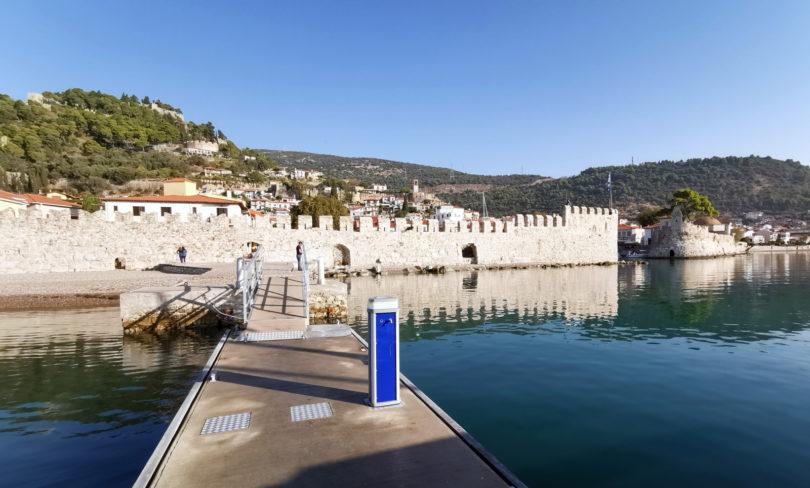 Alte Stadtmauer von Nafpáktos mit Hafeneinfahrt
