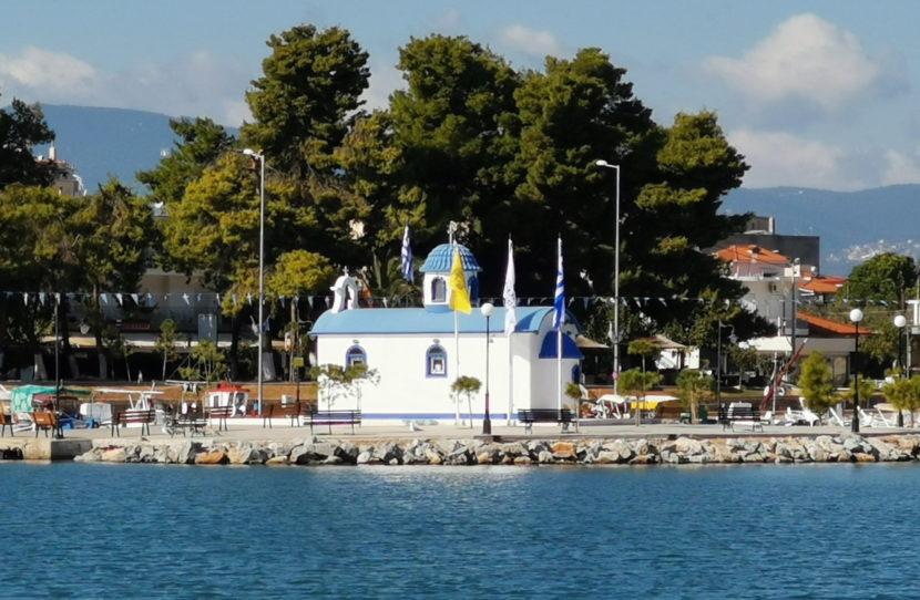Kirche am Hafen von Néa Artáki